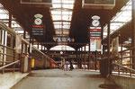 Der Bahnhof Basel SBB, Aufgang zu den Gleisen 5 und 6 mit den alten auswechselbaren Zug-Abfahrtstafeln, 1982