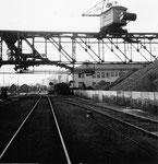 Der Rheinhafen Basel im Hafenbecken 1, der Kran der Rheinischen Kohlenumschlags AG an einem Sonntagvormittag, 1960