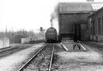 Verschiedene Arbeitsgeleise neben dem grossen Bahnbetriebswerk Haltingen, 1970 (im Hintergrund die Bekohlungsanlagen)