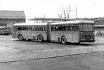 Der Gelenk-Trolleybus Nr.905 vor der BVB-Bus-Garage Rankhof, 1970