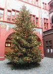 Der schön dekorierte Weihnachtsbaum im Innenhof des Basler Rathauses 2017