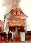 Heute undenkbar! Ende der 70er-Jahre wurde in Neuallschwil am Baselmattweg ein leerstehendes Wohnhaus für eine Feuerwehrübung angezündet!