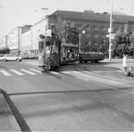 Der Trammotorwagen Be 2/2 Nr. 164 mit Sommerwagen und einem beliebten «Badwännli» vor der Mustermesse, 1972  (leider dürfen heute diese «Badwännli»-Anhängewagen wegen übertriebenen und stumpfsinnigen Sicherheitsvorkehrungen nicht mehr fahren!!!!!)