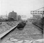 Das Hafenbecken 2 des Rheinhafens Basel im kalten, langen und schneereichen Winter 1962/1963