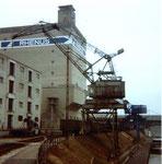 Der grosse Wippkran der RHENUS, der auf verschiedene Kranbahnen zufahren konnte, im Hafenbecken 2 im Jahre 1981