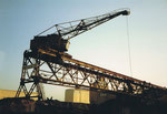 Der Kran der Kohlenumschlags-Reederei «Oberrhein AG» im Hafenbecken 1 von der Westquaistrasse aus gesehen, 1983
