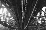 Blick unter zwei Eisenbahnbrücken der DB (Deutsche Bahn) über die Wiese, 1978