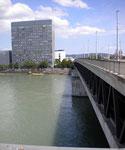 Das 1963/64 erbaute CIBA-Hochhaus (heute NOVARTIS) mit der neuen Dreirosenbrücke, Juli 2011