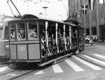 Museums-Tramzug mit einem der legendären Sommerwagen Nr.281, die Haltestelle Mustermesse anfahrend, 1976