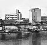 Der Rheinhafen St.Johann mit den Krananlagen der ROBA und SPEDAG und im Hintergrund das Chemiewerk Durand & Huguenin, 1958