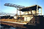 Die grosse und moderne Verladeeinrichtung mit Kohlensilo mit einem Laufkatzen-Kran der Kohlenversorgungs AG, 1983