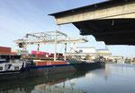 Das Hafenbecken 1 mit den Umschlagsanlagen des Container-Terminals Basel, November 2020. An dieser Stelle waren die Rheinischen Kohlenumschlags AG untergebracht
