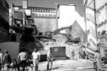 Abbrucharbeiten an der Häuserreihe «Strahm», Zigarrenladen  «zem blaue Dunscht» und «Villars» an der Greifengasse, 1985