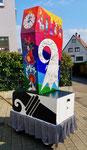 Nach der Fertigstellung der Basler Fasnachtslaterne durch den Laternenmaler Paul Bachmann: Die Rückseite der Fasnachtslaterne mit dem Baselstab, 2019