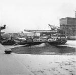 Das Hafenbecken 1 des Rheinhafens Basel im kalten und langen Winter 1962/1963 (wochenlang bis 20 Grad unter Null)