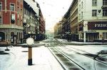 Der verschneite Claraplatz mit Blick in die Greifengasse an Weihnachten 1980 (links die Kleinbasler-Filiale der Volksbank)