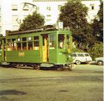 Der Trammotorwagen Be 2/2 Nr. 157 auf der Linie 7, das Depot Wiesenplatz verlassend, im heissen Sommer 1970
