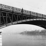 Ein Brücken-Bogen der Johanniterbrücke mit dem fantastischen Geländer und mit Blick Richtung Dreirosenbrücke, 1960