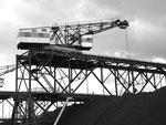 Der Birsfelder Hafen: Der damals noch rot/weisse Kran Nr. 1 (Baujahr 1940) der Birs Kohlenlager AG,  1975  (heute Birsterminal AG)