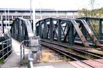 Die massiven Eisenbahnbrücken über die Wiese im Rheinhafen, 1980