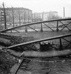 Die eingestürzte Wiesenbrücke (Eisenbogenbrücke) mit Blick Richtung Hochbergerplatz, 1960 (durch ein Missverständnis durchtrennte ein Arbeiter den tragenden Brückenbogen, statt des Geländers)
