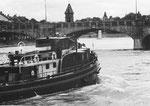 Der Schlepper «Fatima« zieht 1970 einen Schubverband Rheinaufwärts zu den Birsfelder Häfen.