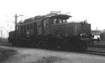 Die starke E-Lokomotive der BR E194 160-8 im Gelände des Bad.Bahnhof Basel, 1979