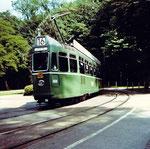 Der Trammotorwagen Be 4/4 Nr. 469 auf der Bruderholzlinie 16, die Haltestelle Wolfsschlucht verlassend, 1970