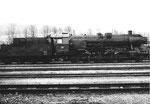 Seitenansicht der Dampflokomotive BR 052 838-0 im Bahnbetriebswerk Haltingen, 1970