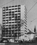 Das 50-Meter hohe Heuwaage-Hochhaus Steinenvorstadt 79. Erbaut 1952 vom Baugeschäft Gebr.Stamm&Cie AG Basel. Rechts unten in der Steinentorstrasse die ehemalige Buchdruckerei Gasser, Foto: F. Gruber