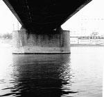 Ein ganz schönes Foto des Fotographen Franz Bachmann: untere Ansicht der Dreirosenbrücke mit dem Hafen St.Johann, 1960
