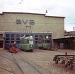 Der Trammotorwagen Be 4/4 Nr.403 und Be 2/2 Nr.184 vor BVB-Werkstätte an der Klybeckstrasse, 1969