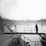 Der St.Alban-Rheinweg mit Blick gegen das Münster, 1961 (auf dem Steg der Autor Paul Bachmann)
