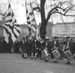 Vogel Gryff 1959, Die 3 Trommler und die Bannerträger der drei Kleinbasler Ehrengesellschaften Rebhaus, Hären und Greifen im Klingental