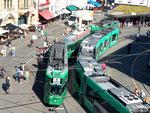 Zwei Trammotorwagen der Serie Be 4/4:  Nr.492 mit Anhängewagen und einem anderen Be 4/4 an der Haltestelle Barfüsserplatz, September 2019