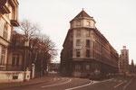 Das eigenartige Eckhaus der «Basler Versichrungs-Gesellschaft» an der Dufourstrasse mit beidseitigem Blick gegen den Aeschenplatz, 1983