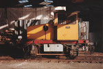 Die Diesel-Rangier-Lokomotive im Hafenbecken 2 unter den Kohlen-Abfüllanlagen der Kohlenversorgungs-AG, 1978
