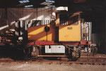 Die Diesel-Rangierlokomotive im Hafenbecken 2 unter den Kohlen-Abfüllanlagen der Kohlenversorgungs-AG, 1978