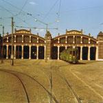 Ein Trammotorwagen der Serie Be 2/2 auf der Linie 6 vor dem schönen und grossen Depot Wiesenplatz im Sommer 1970