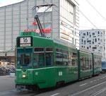 Der Trammotorwagen Be 4/6 Nr.672, die Haltestelle Bahnhof SBB, hinterer Ausgang, verlassend, September 2016