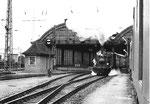 Der Dampfzug der Kandertalbahn verlässt die alte Bahnhofshalle des Bad.Bahnhofs in Basel, 1972