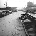Das zugefrorene Hafenbecken 2 im Rheinhafen Basel, Winter 1962/1963 (wochenlang bis 20 Grad unter Null)