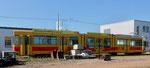 Ein Trammotorwagen der BLT vor der Wagenhalle der «Thüringer Waldbahn» in Gotha, Oktober 2018