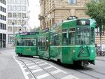 Der Gelenk-Trammotorwagen Be 4/6 S Nr.675 der Linie 15 an der Schifflände, 2015