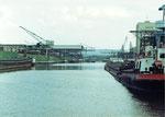 Blick ins Hafenbecken 2, rechts NEPTUN und links RHENUS, 1980
