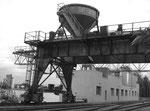 Die Trichter-Abfüllanlage bei den Kranen der NEPTUN im Hafenbecken 1 im Jahr 1990