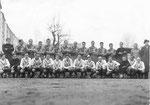 Das Cup-Spiel FC Basel - FC Nordstern (4:1) im Stadion Landhof in Basel 1944 (oben 3.von rechts P.Wechlin)