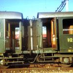 Zwei gekuppelte Personenwagen der SBB, 1982