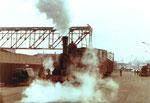 Eine der zwei Rheinhafen Dampflokomotiven der Schweizerischen Reederei im Jahre 1971 in der Westquaistrasse (im Hintergrund die Kranbahn der Rheinischen Kohlenumschlags AG)
