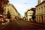 Die Greifengasse (links Möbel Pfister, rechts Café Spitz, im Hintergrund das Cinema Odeon), Weihnacht 1978
